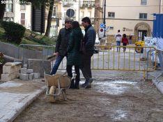 El alcalde, Carlos Martínez, visita las obras de peatonalización del entorno de Condes de Gómara