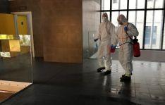 Bomberos en labores de desinfección en el Mercado Municipal. /Ayto