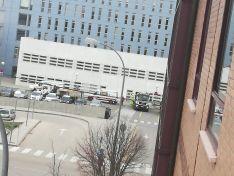 Camiones y personal municipal se llevan camas del Hospital de Santa Bárbara a otras instalaciones en la ciudad.