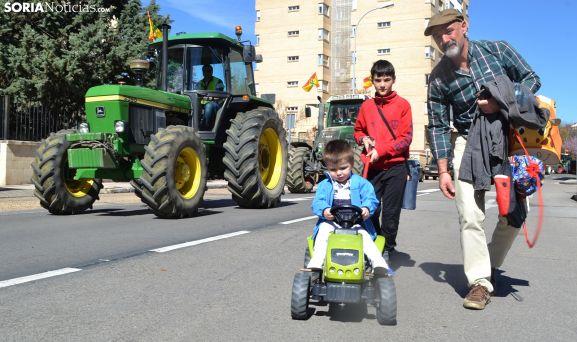 Un futuro agricultor soriano a los mandos de su vehículo, con su padre y hermano, en la tractorada de este miércoles en la capital. /SN