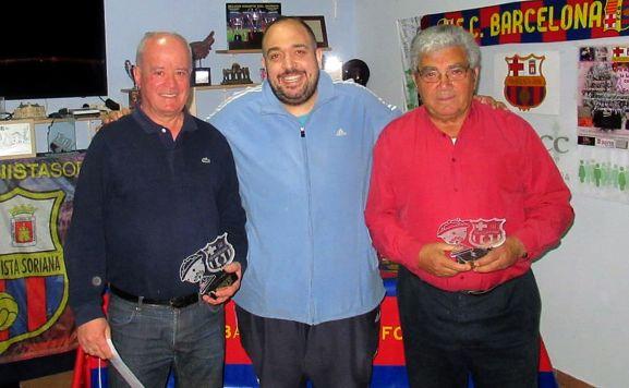 Los campeones, a cada lado, con sus trofeos. /Alfredo García