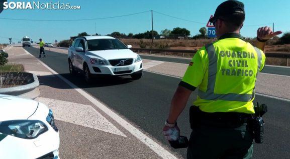 Un agente de Tráfico en un control en una carretera soriana. /SN