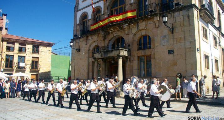 La agrupación musical en una actuación frente al ayuntamiento.