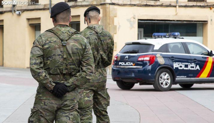Dos militares y un coche patrulla del CNP en la capital. /María Ferrer