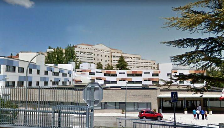 Una imagen del centro asistencial, detrás, el hospital Virgen del Mirón. /GM