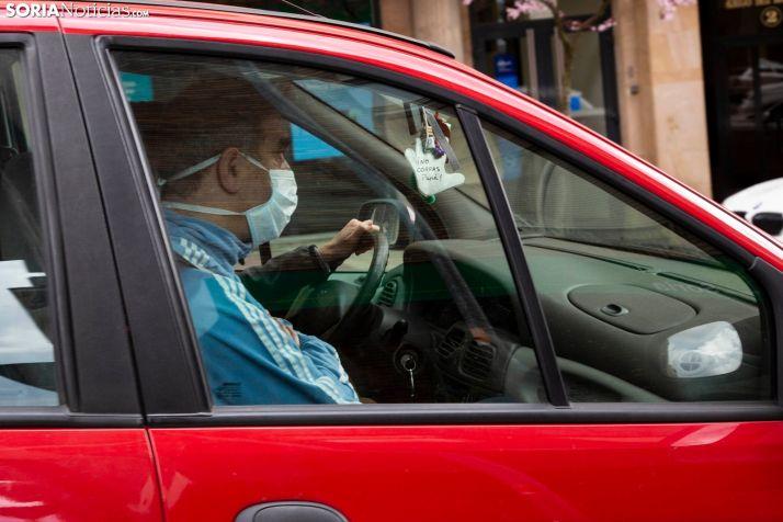 Un varón adquiere las medidas de protección en un vehículo. /María Ferrer