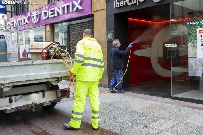 Limpieza de espacios públicos en Soria. /María Ferrer