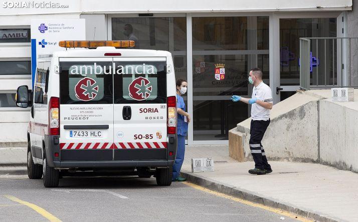 Un vehículo de Nuevas Ambulancias frente a la puerta principal del Santa Bárbara. /María Ferrer