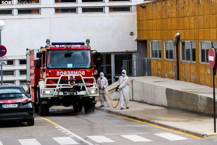 Los bomberos limpian el Hospital de Soria. /Viksar Fotografía
