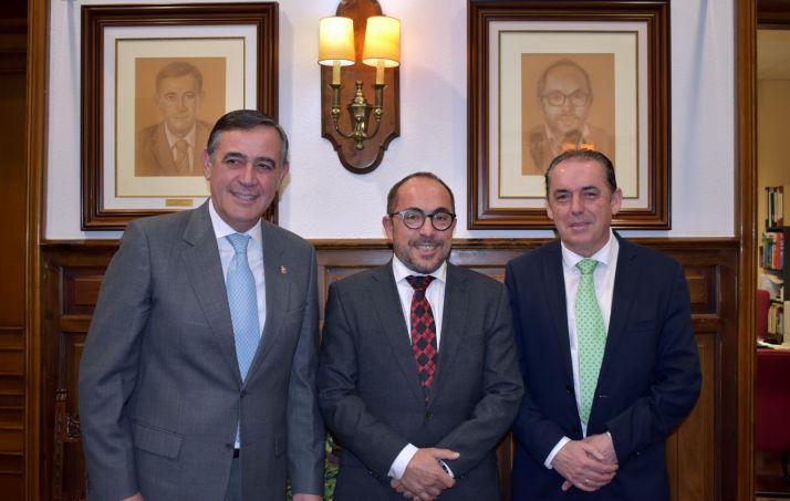 Rey, entre Pardo (izda.) y Serrano. Detrás, a la derecha, el nuevo retrato incorporado a la 'Galería de presidentes'. /Dip.
