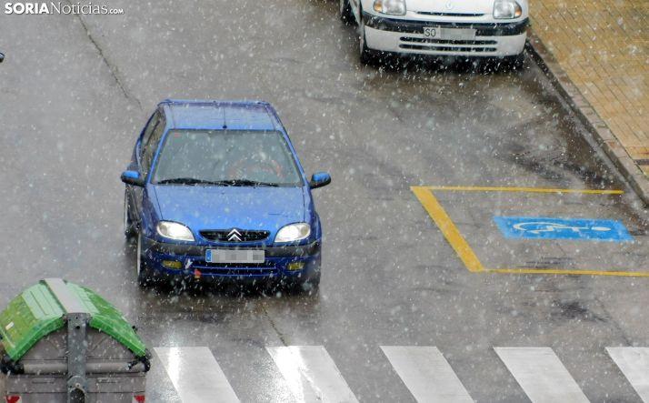 Un vehículo transitado por una calle de la capital durante las precipitaciones de nieve hoy. /SN
