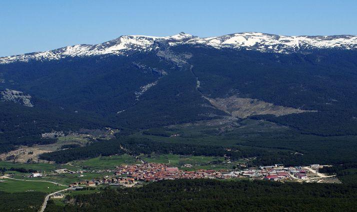 Una imagen de Duruelo, localidad de Asopiva, con Urbión al fondo.