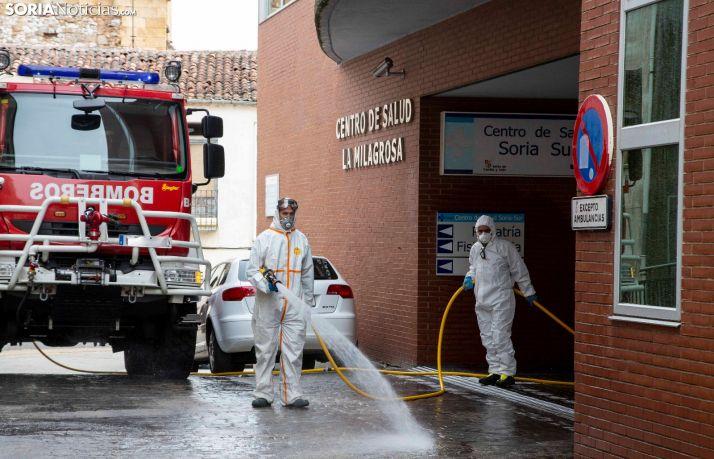 Los bomberos de Soria desinfectan La Milagrosa. /María Ferrer