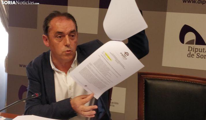 Benito Serrano, con las `actas´ de las reuniones.