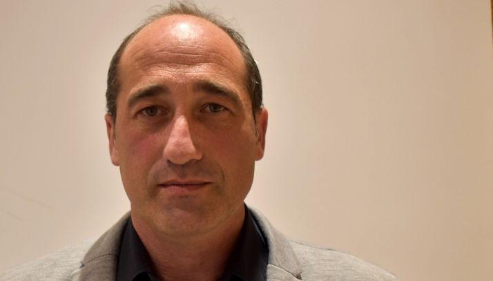 José Llorente, alcalde de Covaleda, firma el bando emitido.