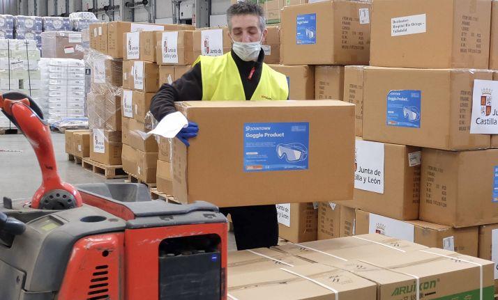 Un empleado en el almacén de la Junta en la distribución. /Jta.