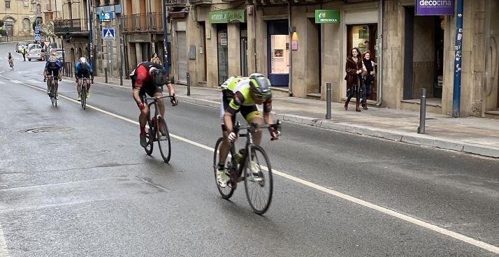 Merino, en primer término, en el sprint de llegada en Tafalla.