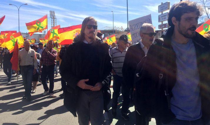 Fernández, en el centro, durante la manifestación a su salida en Los Pajaritos.
