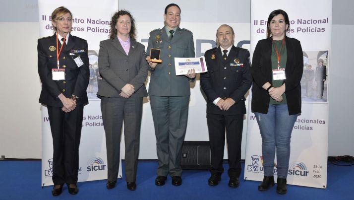 Teresa Miras, en el centro, con su premio.