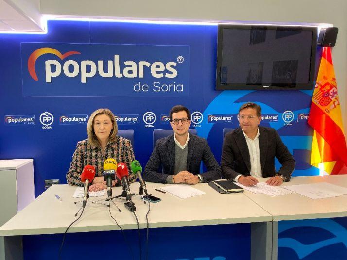 El Diputado, Tomás Cabezón, y los Senadores, María José Heredia y Gerardo Martínez.
