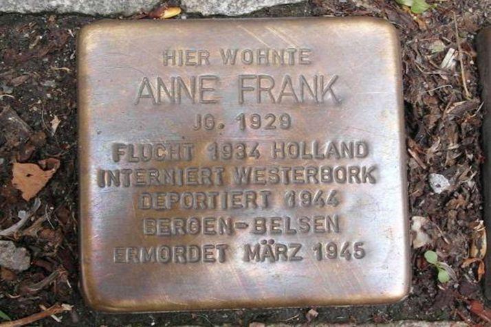 El 'stolpersteine' que rememora a Ana Frank.