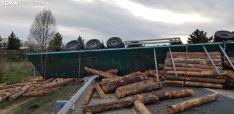 Foto 4 - Vuelca un camión con madera en Golmayo