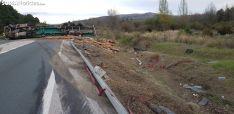 Foto 6 - Vuelca un camión con madera en Golmayo
