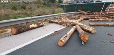 Foto 5 - Vuelca un camión con madera en Golmayo