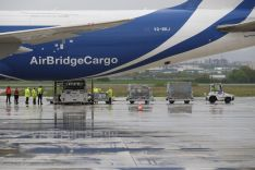Foto 4 - CyL recibe el mayor cargamento de material de protección, 675 metros cúbicos, en un Boeing 747, procedente de Shanghai