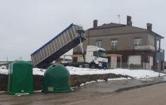 Un camión lavando una cuba en las Eras de Borobia e día 30 de marzo.