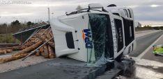 Foto 3 - Vuelca un camión con madera en Golmayo