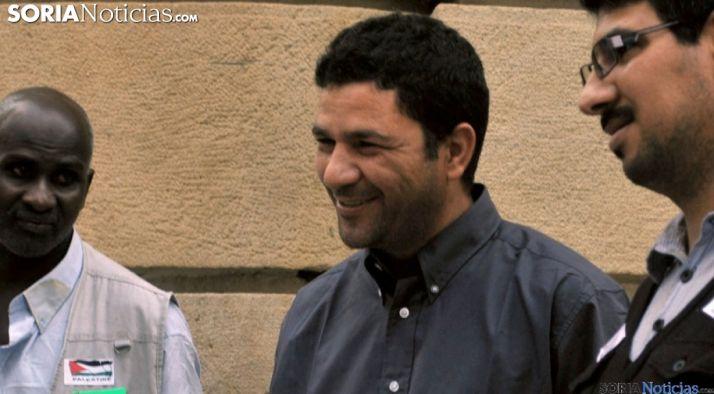 Ahmed El Boutaybi en una imágen de archivo con varios miembros de su comunidad.