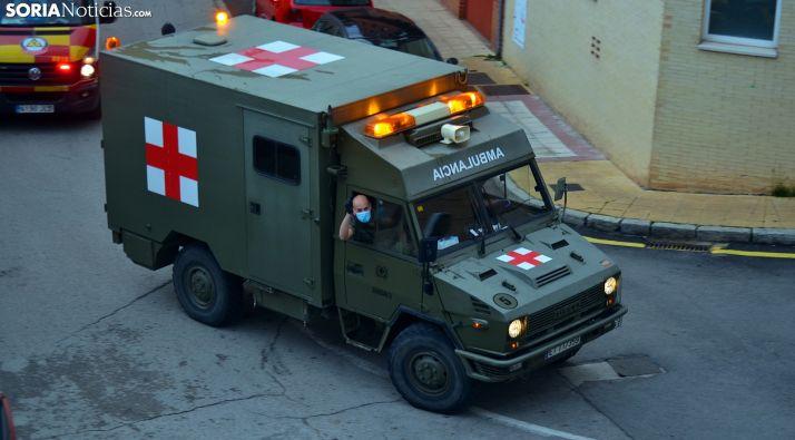 Una de las dos ambulancias del Ejército durante uno de los recorridos de las ocho de la tarde. /SN