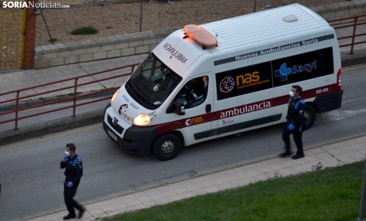 Dos policías locales junto a una ambulancia en el recorrido de las ocho de la tarde esta semana. /SN