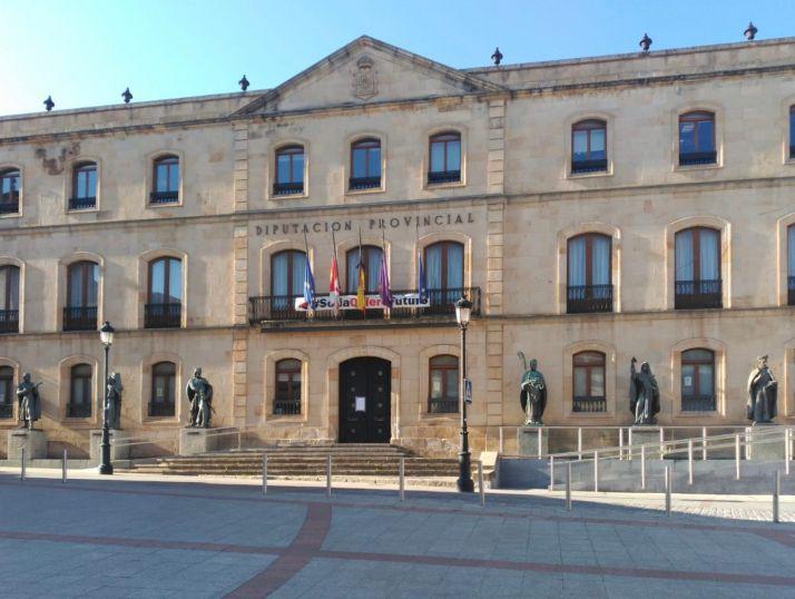 Banderas a media asta en el Palacio Provincial.