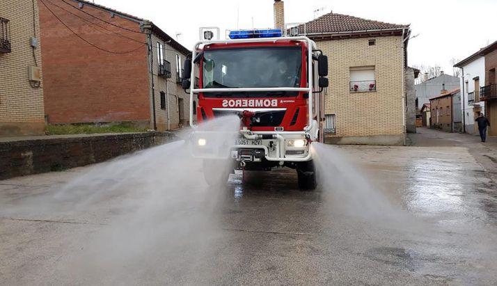 Un camión de bomberos de la Diputación en labores de desinfección. /Dip.