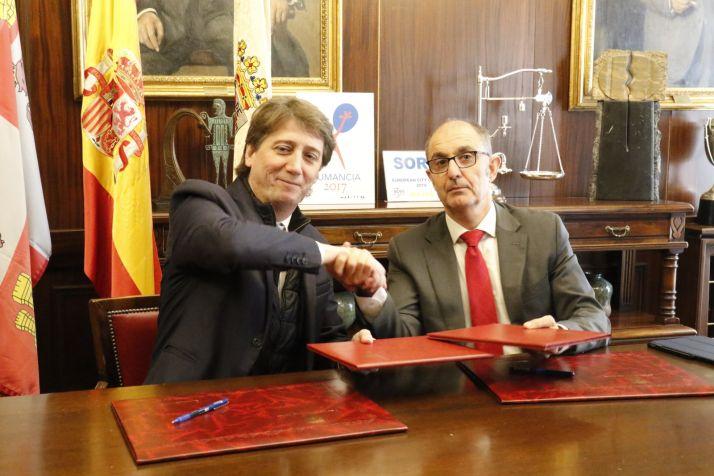 Firma del convenio efectuada en 2019, en Soria, por el alcalde soriano, Carlos Martínez, y el director general de Iberaval, Pedro Pisonero.