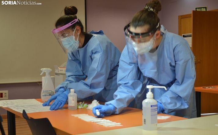 Dos enfermeras preparando la apliación de las pruebas diagnósticas. /SN