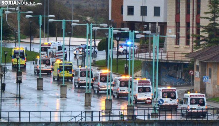 La caravana de personal sanitario y de seguridad ayer por Los Pajaritos. /SN