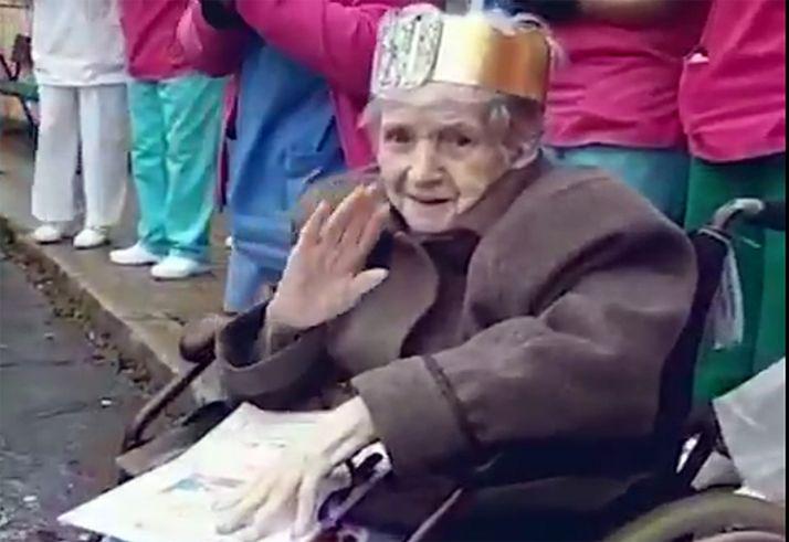 Soledad saludando, feliz, en su cien cumpleaños. /Clece