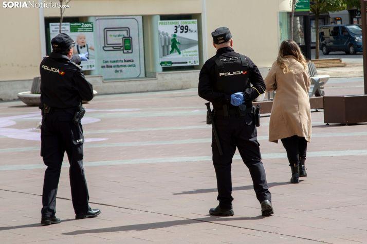 Dos policías nacionales en el centro de Soria. /María Ferrer.