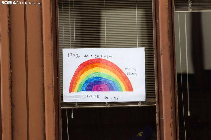 Dibujo colgado en una ventana. /Viksar Fotografía