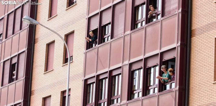 Vecinas de Soria aplaudiendo a las 20:00 horas. /Viksar Fotografia