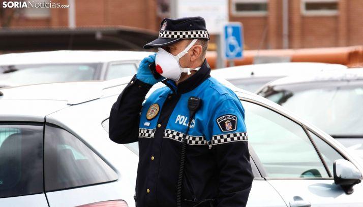 Policía local con mascarilla. /Viksar Fotografía