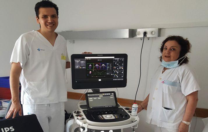 Dos profesionales del hospital con el nuevo dispositivo. /Jta.