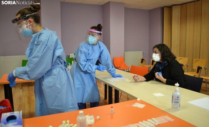 Enfermeras del Sacyl en Soria realizando las pruebas para personal esencial la pasada semana. /SN