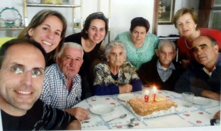 Gregoria, en el centro, durante la celebración de uno de sus innumerables cumpleaños. /Dip.
