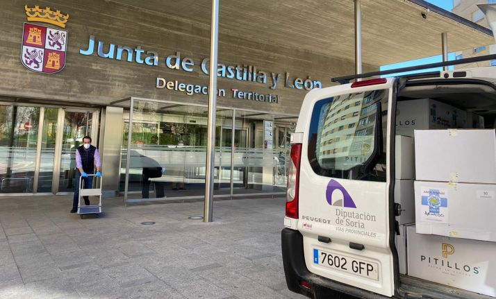 Un operario de la Diputación entrega material EPI en la sede de la Delegación territorial de la Junta en Soria.