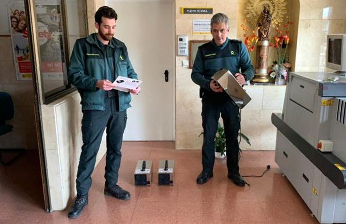 Dos agentes con los ozonizadores. /CRS