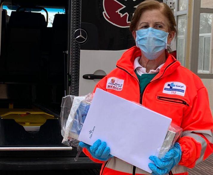 Una médico de la Unidad Medicalizada con el generador de ozono.